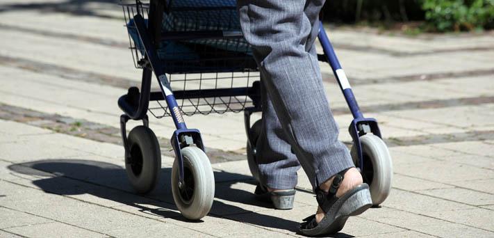 Pessoa usando um andador do tipo rolante
